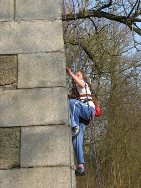 Na pilir vyleze i 9 leta holcicka